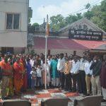 दिवंगत कोरोना योद्धा विपिन परिहार की माताजी ने इंदौर प्रेस क्लब में किया झंडावंदन