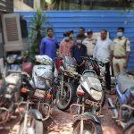 दो शातिर वाहन चोर नाबालिग साथी सहित गिरफ्तार, 8 वाहन बरामद, जहरीली शराब की भी करते थे तस्करी